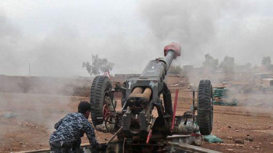 un-soldat-irakien-tire-sur-une-position-de-l-ei-a-abu-saif-au-sud-de-mossoul-le-1er-decembre-2016_5756557