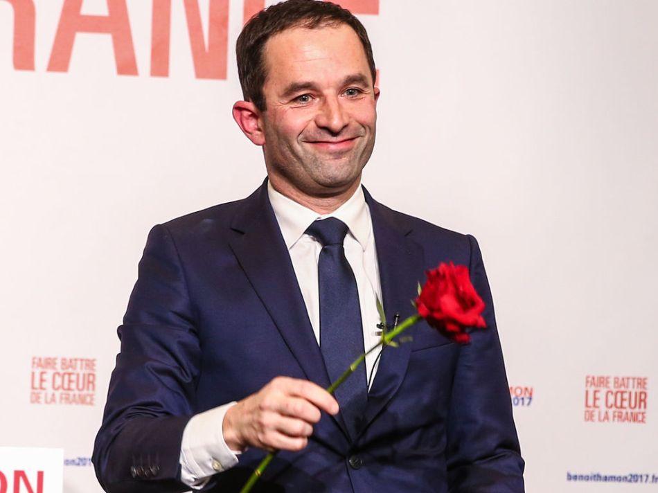 Benoit-Hamon-une-rose-a-la-main-Benoit-Hamon-vainqueur-du-second-tour-de-la-primaire-a-gauche-a_exact1024x768_l.jpg