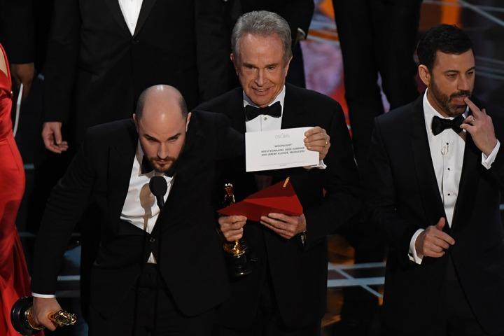 oscars-2017-la-grosse-bourde-au-moment-d-annoncer-le-meilleur-filmm425163