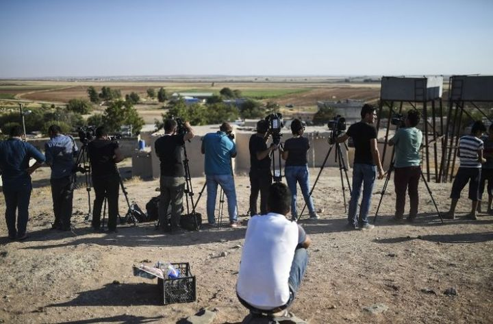 journalistes couvrant l'acancée de l'armée turque dans la région de Kilis